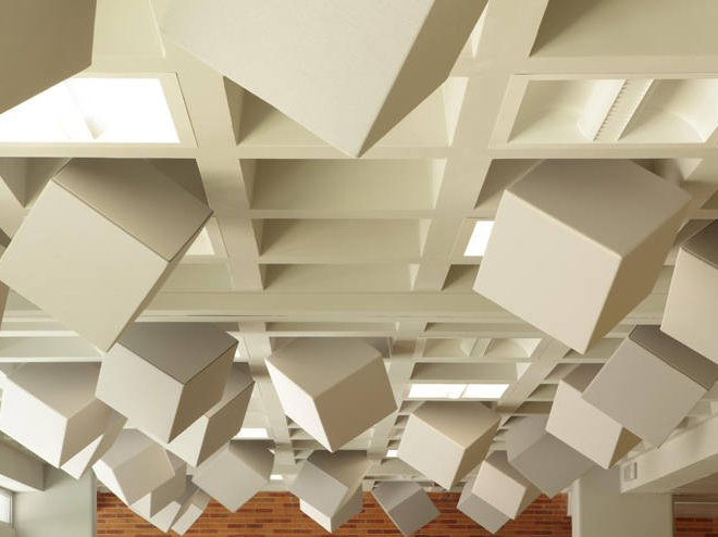 nowoczesne biuro - przestrzenne panele dźwiękochłonne na suficie